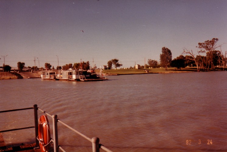 Car ferry at Renmark.